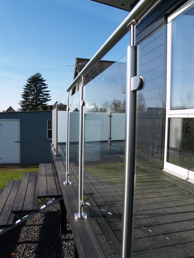 Glasräcke med stolpar i rostfritt stål