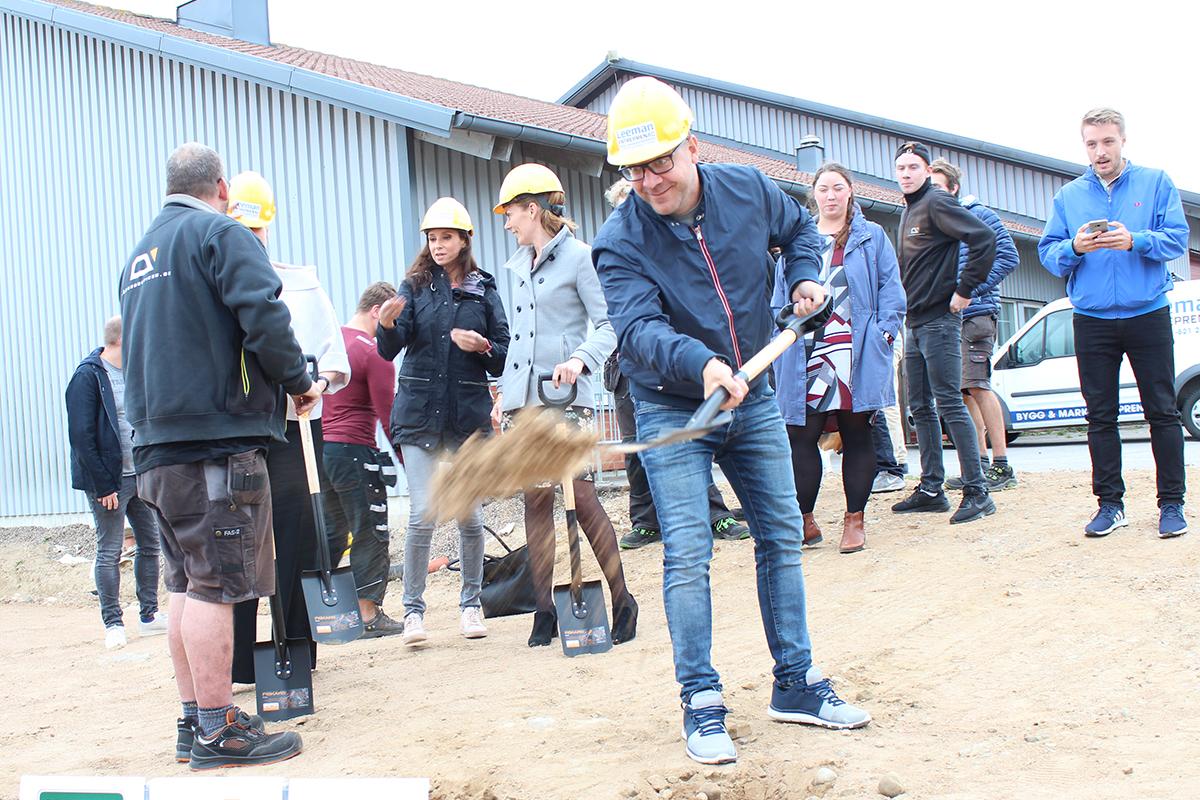 Verksamhetschef Jonas gräver för nya anläggningen!