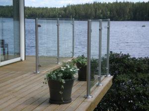 Glasräcke med rostfria stolpar