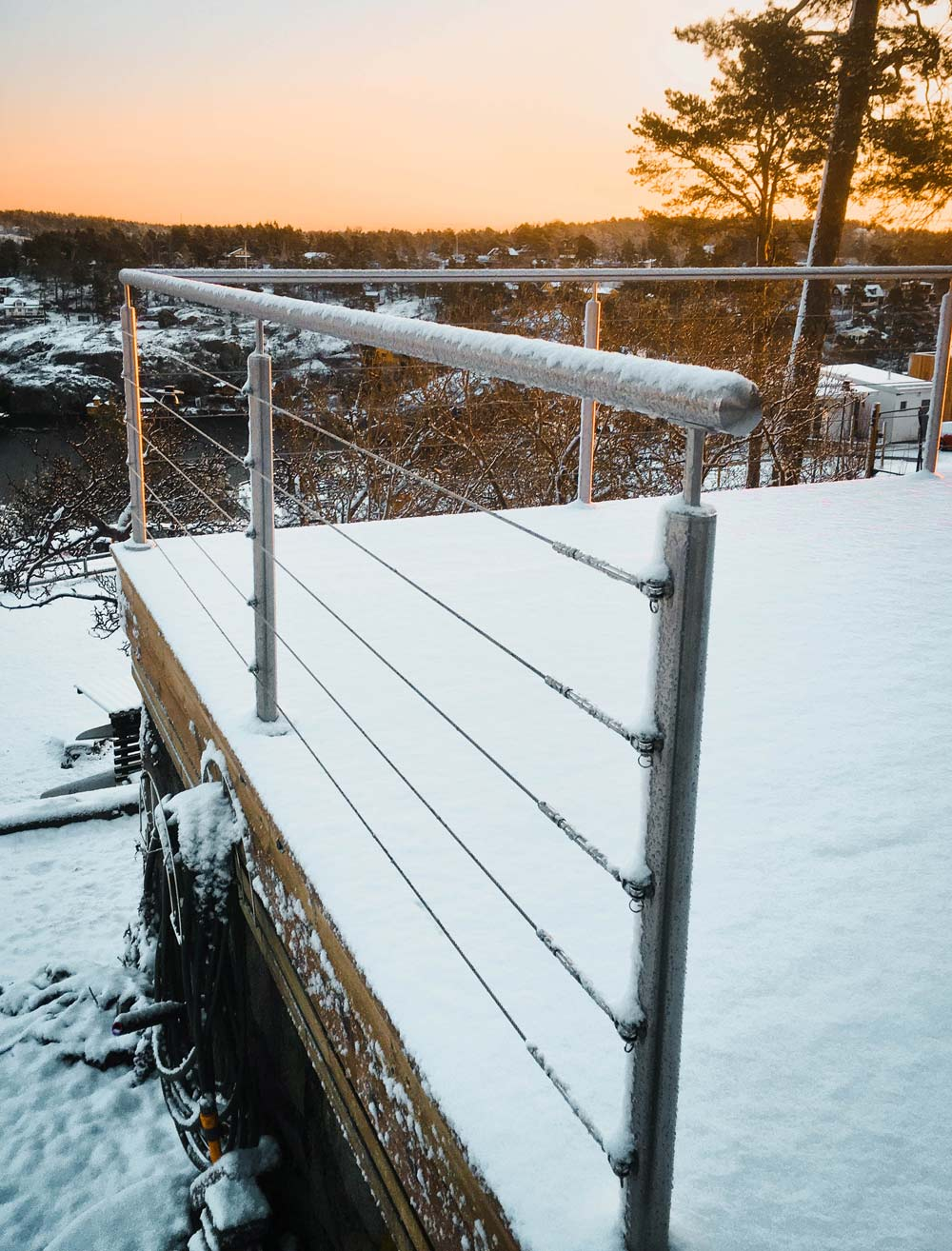 Vajerräcke i snöig miljö